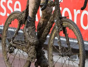 Fahrrad im Querfeldein-Schlamm